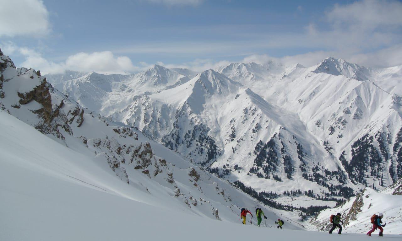 """<span style=""""font-size:1.5em;"""">SKI</span><br/>Ski au Kirghistan<br/>/// février 2018 ///<br/><span style=""""color: #B22222;"""">Complet</span>"""