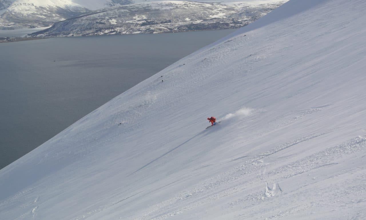 "<span style=""font-size:1.5em;""><span class=""caps"">SKI</span></span><br>Alpes de Lyngen ski‐bateau<br>/// avril 2020 ///<br><span style=""color: #b0cc00;"">Places disponibles</span>"