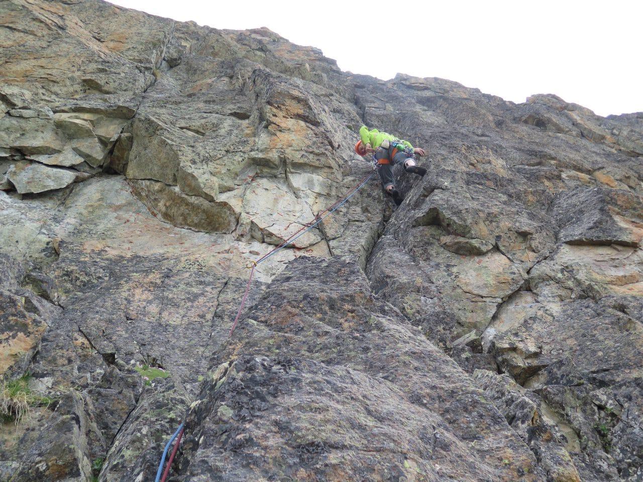 Longue voie d'escalade aux Perrons de Vallorcine: Antipode. Silvana et Xavier Carrard accompagnatrice et guide à Helyum.