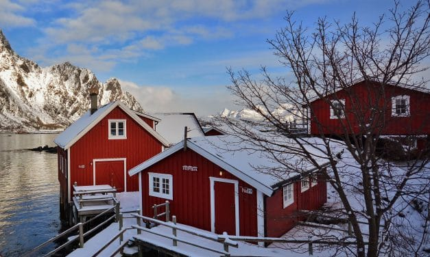 """<span style=""""font-size:1.5em;""""><span class=""""caps"""">SKI</span></span><br>Ski <span class=""""amp"""">&</span>yoga – Lofoten – Norvège<br>/// mars 2018 ///<br><span style=""""color: #B22222;"""">Complet</span>"""
