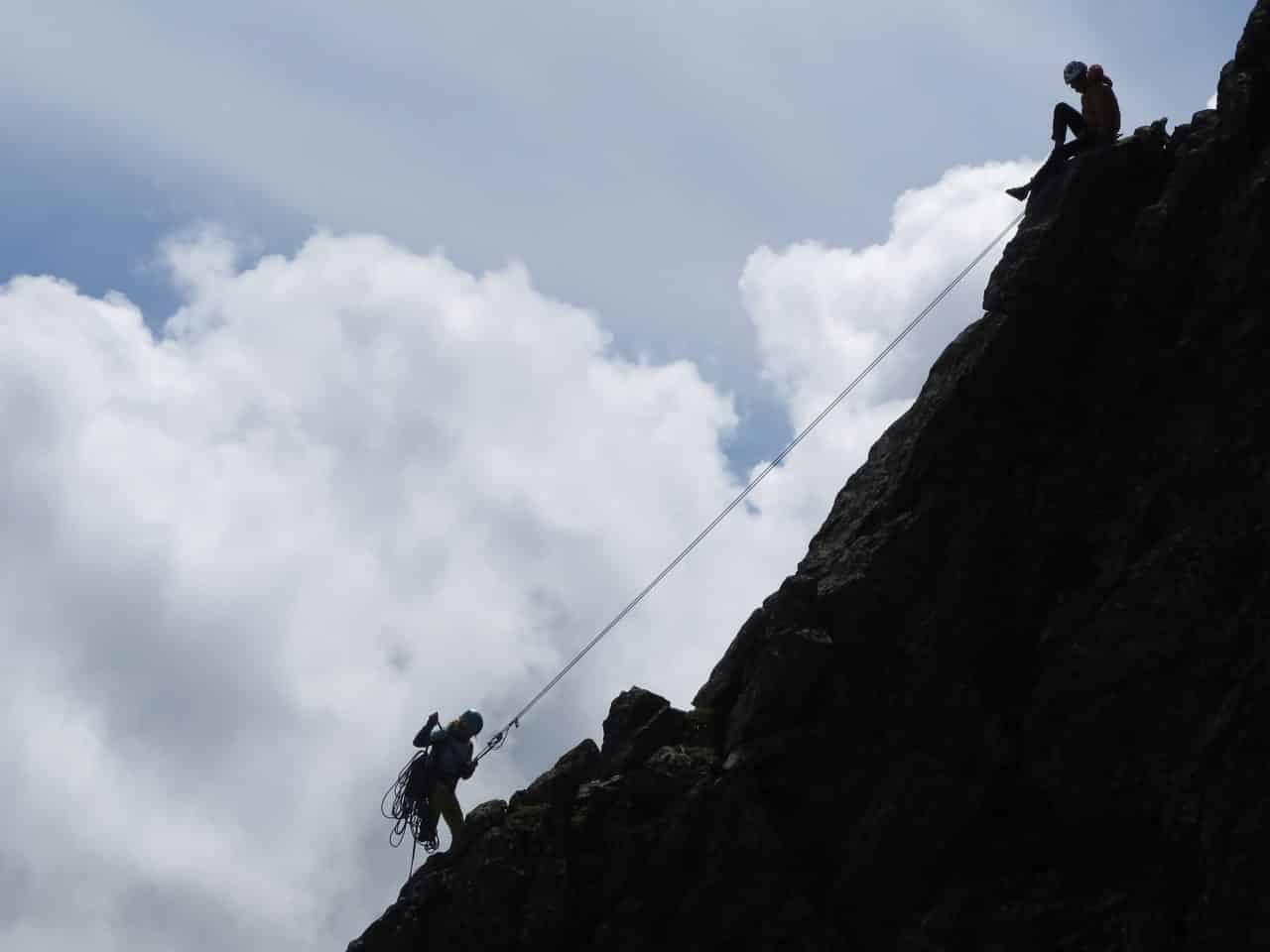 squatteur de lune, grimpeur de profile. Ombre chinoise.