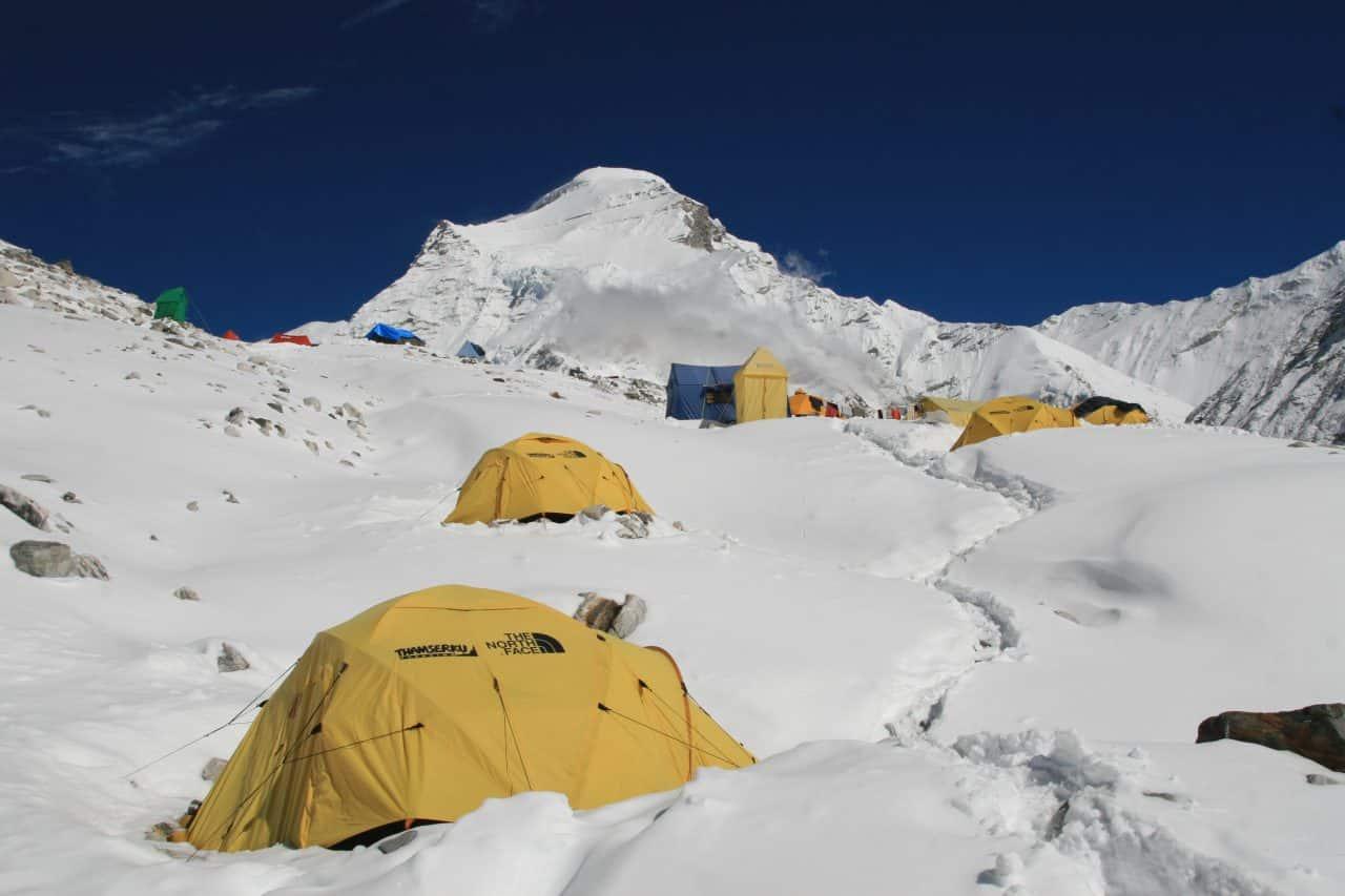 Camp de base sous la neige