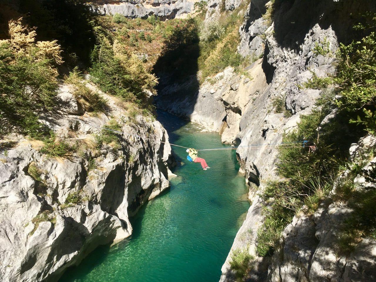 Sophie Gétaz dans une des longues voies d'escalade des gorges du Verdon. Les deux doigts dans le nez, Valse pour Manon, Lunathine. Voies d'escalades parcourues avec le guide de montagne Yann Nussbaumer.