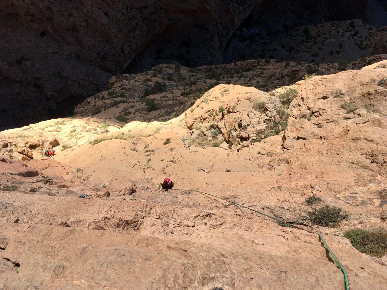 Escalade de longues voies à Taghia, dans l'Atlas au Maroc avec Yann Nussbaumer guide de de montagne chez Helyum.