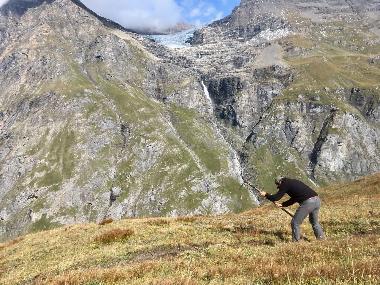 Entretient des sentiers pédestres de la vallée de Bagnes par Yann Nussbaumer guide chez Helyum
