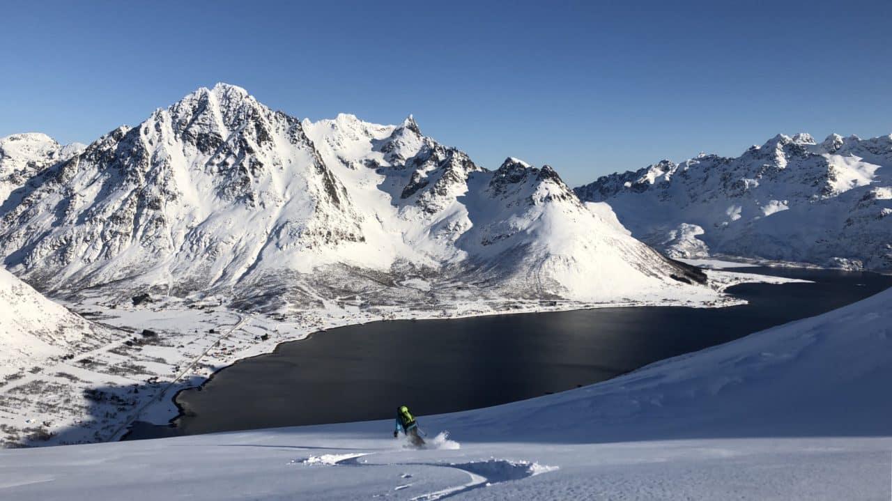 Ski & yoga dans les Lofoten en Norvège avec Selena Raven Cordeau (Yoga Raven) et Yann Nussbaumer (Helyum)