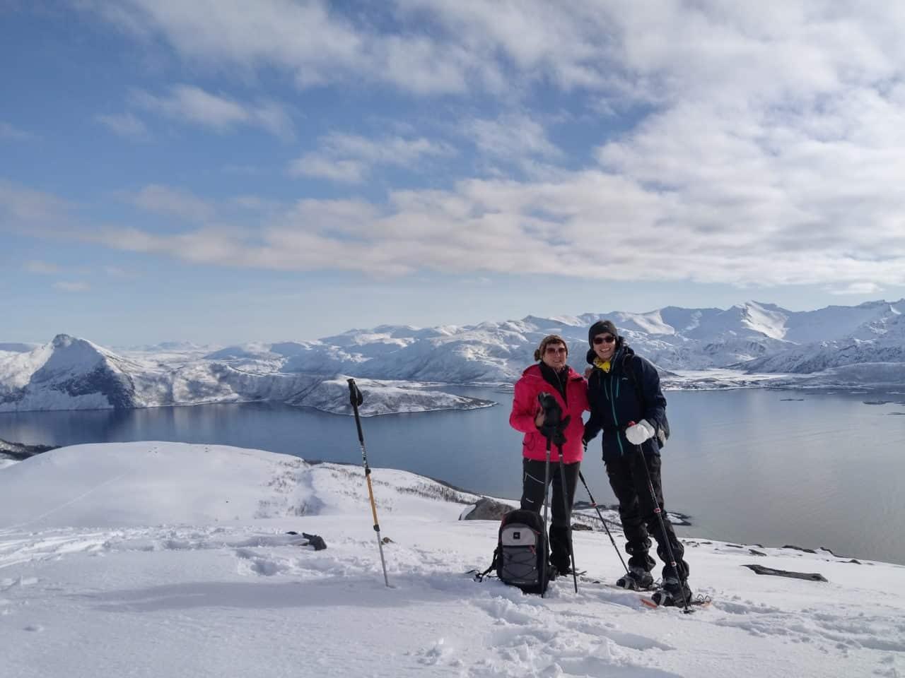 Hamn in Senja en face, Skaland avec Silvana Carrard, accompagnatrice chez Helyum.ch