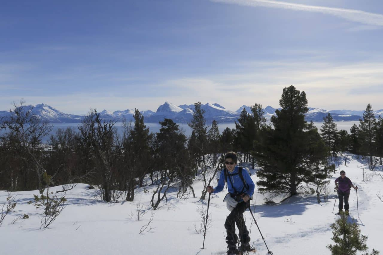 Sud de Senja, vu sur le nord des Lofoten, avec Silvana Carrard, accompagnatrice chez Helyum.ch