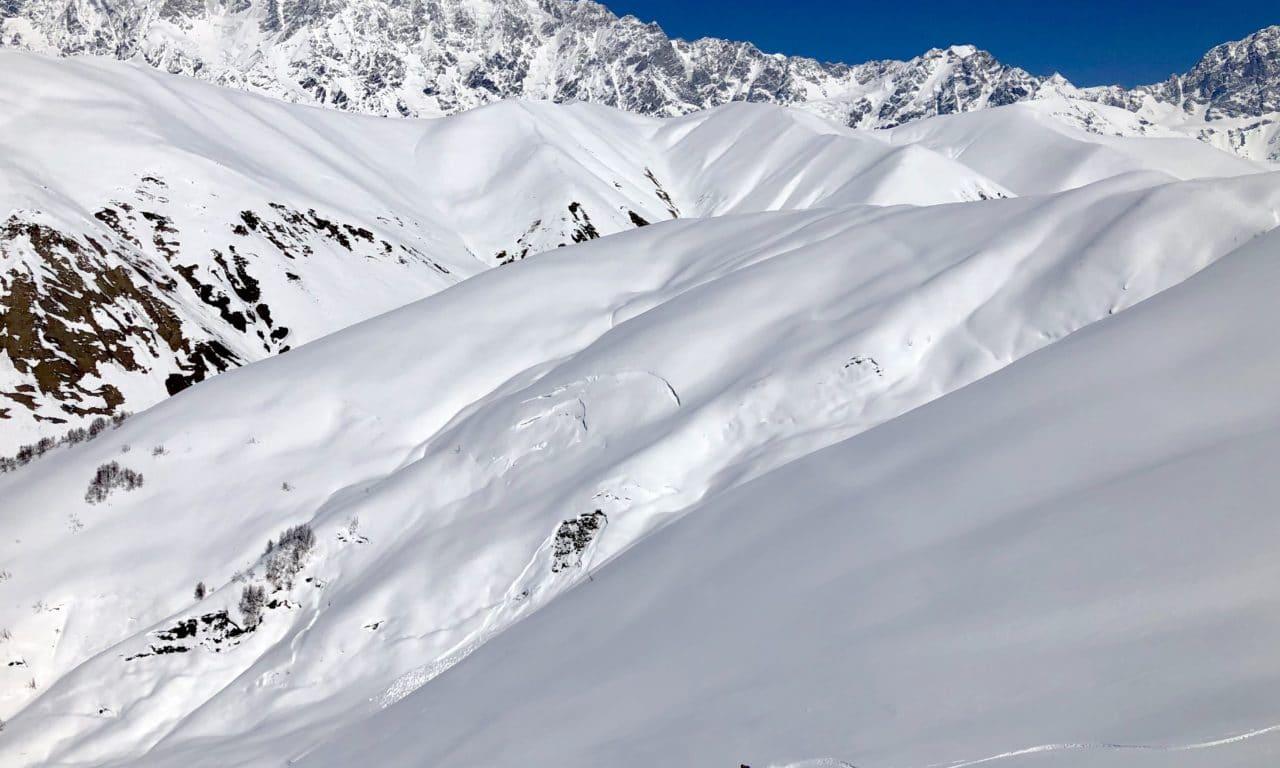 """<span style=""""font-size:1.5em;""""><span class=""""caps"""">SKI</span> </span><br> Ski de randonnée en Géorgie <br> /// mars 2020 /// <br><span style=""""color: #B22222;""""> Bientôt complet… </span>"""