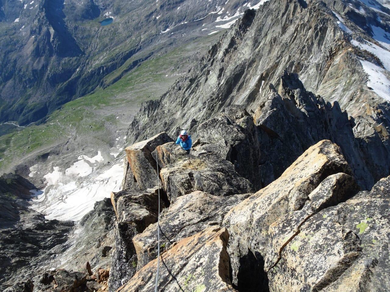 Le Portjengrat est souvent donné comme l'une des plus belles arête rocheuse la région de Saas. L'équipe d'Helyum traîne souvent ses crampons vers le Weissmies, sommet voisin du Portjengrat. Portjengrat ou Pizzo d'Andolla, cela dépend si vous lisez les cartes Suisses ou les cartes Italiennes.