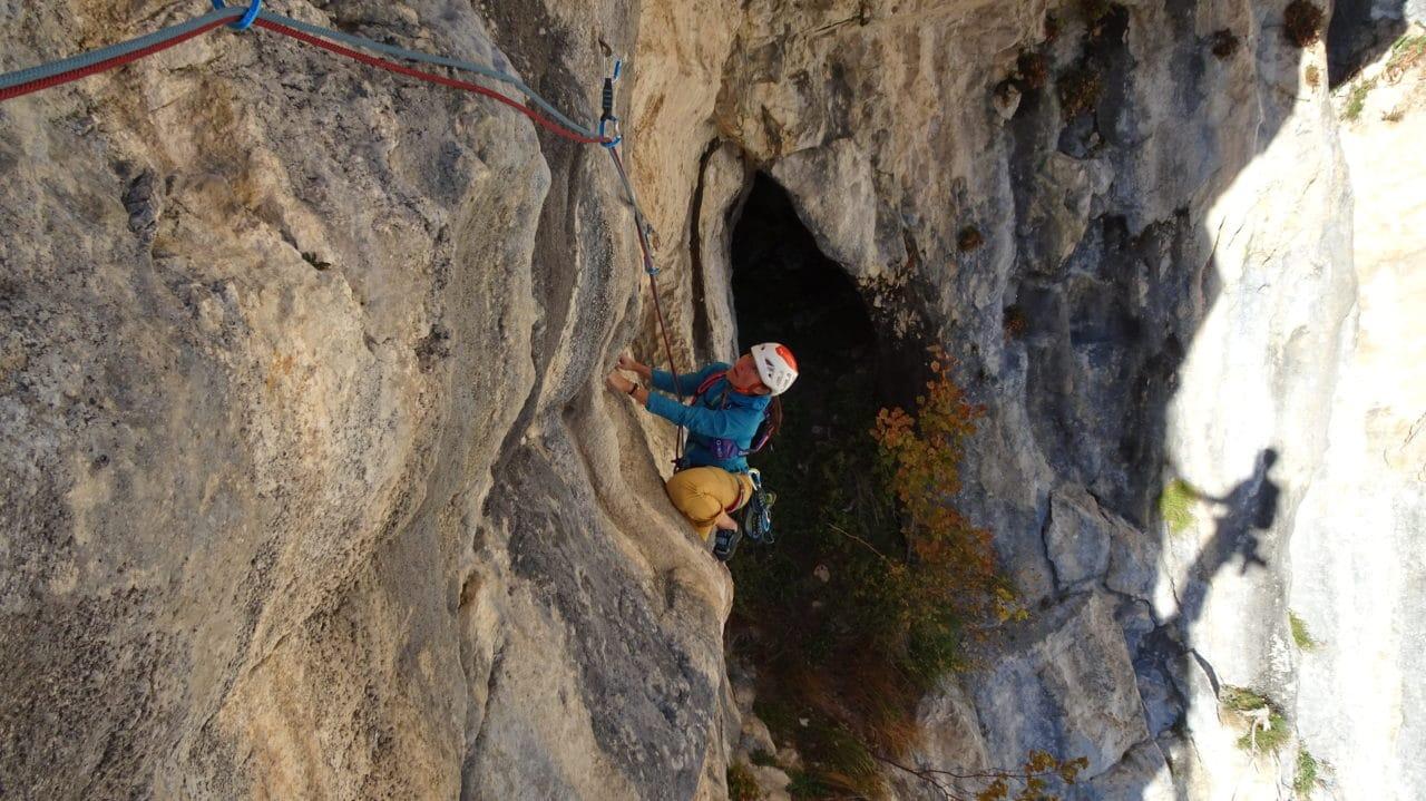 Spelunca, silvana sort de la grotte. Presles, secteur du fou qui repeint son plafond. Helyum.ch