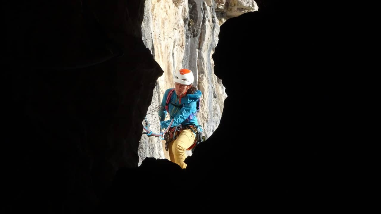 Spelunca, silvana arrive dans la grotte. Presles, secteur du fou qui repeint son plafond. Helyum.ch