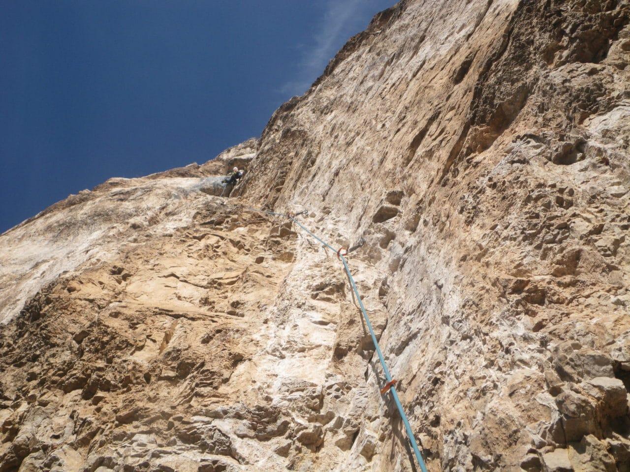 Une longueur exceptionnelle en 6c au dessus de la vire. Helyum.ch