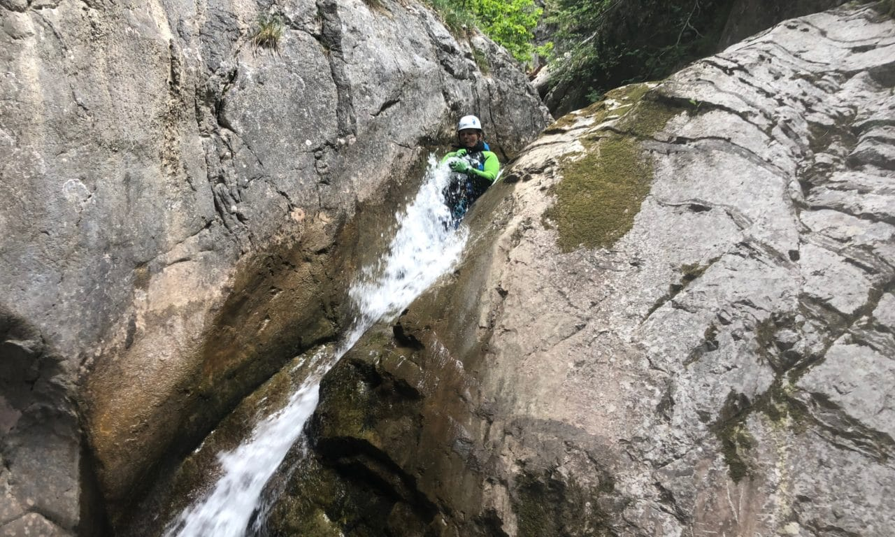 """<span style=""""font-size:1.5em;""""> CANYONING </span><br/> Canyoning découverte  <br/> /// Juin 2021 /// <br/><span style=""""color: #b0cc00;"""">Places disponibles </span>"""