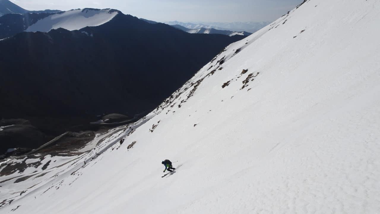 Claude descente sur la route du soyok Pass. Kirghistan. Helyum.ch