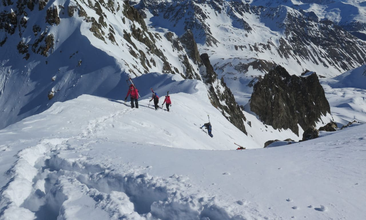 """<span style=""""font-size:1.5em;""""> SKI </span><br/> Pâques aux Ecrins, Longues courses et grand ski… <br/> /// Avril 2022 /// <br/><span style=""""color: #b0cc00;""""> Places disponibles </span>"""