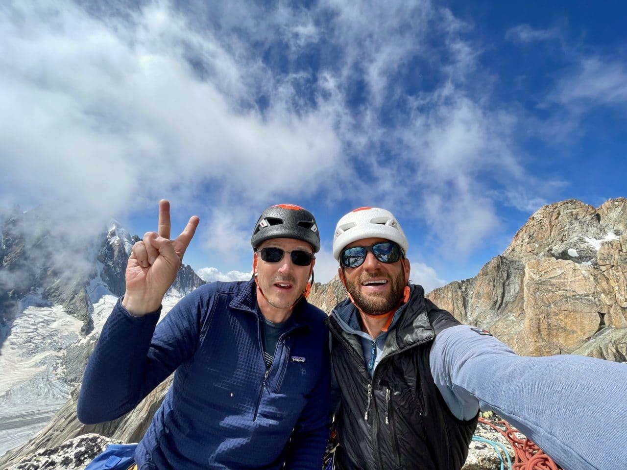 Escalade de la voie Mazars Rébuffat au Minaret dans le bassin d'Argentière avec Yann Nussbaumer guide de montagne chez Helyum